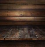 Alte hölzerne Tabelle mit hölzernem Hintergrund Lizenzfreie Stockfotografie