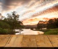 Alte hölzerne Tabelle oder Gehweg durch See Lizenzfreies Stockbild