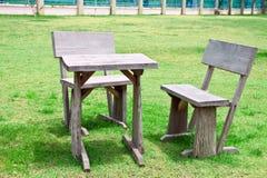Alte hölzerne Tabelle und Stühle Stockfoto
