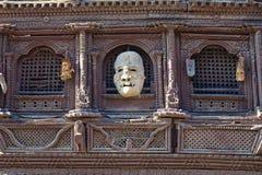 Alte hölzerne traditionelle nepalesische Dekoration stockbilder