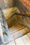 Alte hölzerne Treppe in einem Bauholz machte Haus Stockbild