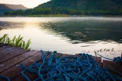 Alte hölzerne Ufergegendterrasse stockfotos
