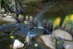 Alte hölzerne Verdammung auf dem Fluss Stockfotos