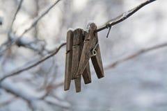 Alte hölzerne Wäscheklammern, die am Draht hängen Lizenzfreies Stockfoto