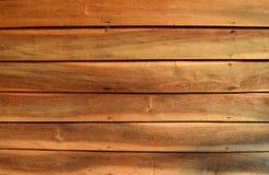 Alte hölzerne Wand mit den gehämmerten Nägeln ist orange Ton Lizenzfreie Stockbilder
