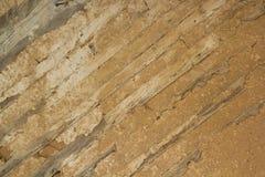 Alte hölzerne Wand mit der Isolierung gemacht vom Lehm Stockfoto