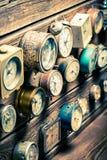 Alte hölzerne Wand mit Uhren Lizenzfreie Stockbilder