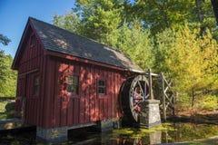 Alte hölzerne Wasser-Mühle durch einen Teich Stockfotografie