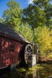 Alte hölzerne Wasser-Mühle durch einen Teich Stockfotos
