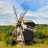 Alte hölzerne Windmühle auf dem Gebiet Lizenzfreies Stockfoto