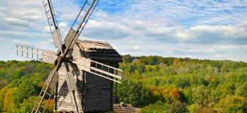 Alte hölzerne Windmühle auf dem Gebiet und Himmel Lizenzfreie Stockfotografie