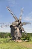 Alte hölzerne Windmühle auf der Wiese Stockbild