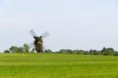 Alte hölzerne Windmühle auf einem Gebiet Stockbilder