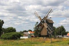 Alte hölzerne Windmühle in den Bäumen Lizenzfreie Stockbilder