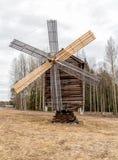 Alte hölzerne Windmühle in der Reserve Malye Korely Lizenzfreie Stockfotos
