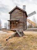 Alte hölzerne Windmühle in der Reserve Malye Korely Stockfoto