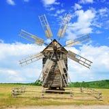 Alte hölzerne Windmühle gegen den Himmel Stockfotos