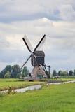 Alte hölzerne Windmühle nahe kleinem Kanal, Kinderdijk, die Niederlande Stockbild