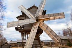 Alte hölzerne Windmühle in Russland ist im Dorf mit Holzhäusern Stockfotos