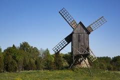 Alte hölzerne Windmühle in Saaremaa, Estland Lizenzfreie Stockbilder
