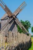 Alte hölzerne Windmühle in Saaremaa-Insel, Estland Lizenzfreie Stockbilder