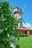 Alte hölzerne Windmühle steht auf dem Gebiet Lizenzfreies Stockfoto
