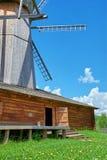 Alte hölzerne Windmühle steht auf dem Gebiet Lizenzfreie Stockfotos