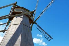 Alte hölzerne Windmühle steht auf dem Gebiet Lizenzfreie Stockfotografie