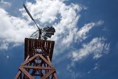 Alte hölzerne Windmühle und bewölkter Himmel Lizenzfreie Stockfotografie