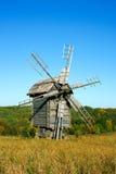 Alte hölzerne Windmühlen an der Herbstsaison Stockbilder