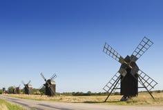 Alte hölzerne Windmühlen in Schweden Lizenzfreies Stockfoto