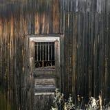 Alte Hütte Holztür mit einem Gitter Hintergrund Lizenzfreie Stockfotos