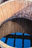 Alte halbe Fässer füllten mit Wasser, welches die Umgebungen reflektiert Lizenzfreies Stockbild