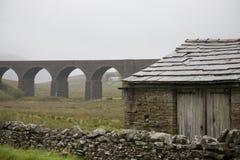 Alte Halle und Viadukt Yorkshire-Täler Yorkshire England Lizenzfreies Stockfoto
