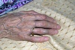 Alte Hand, die einen Steuerknüppel anhält Stockbild