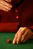 Alte Hand, die einen Steuerknüppel anhält Stockfotos