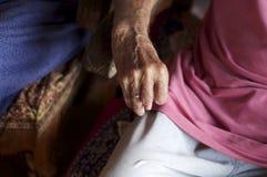 Alte Hand, die einen Steuerknüppel anhält Stockfoto
