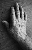 Alte Hand, die einen Steuerknüppel anhält Lizenzfreies Stockbild