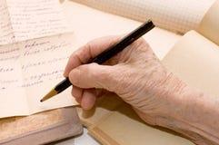 Alte Hand schreibt den Brief Lizenzfreie Stockfotos
