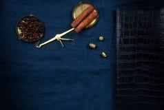 Alte Handbuchskalen mit kleinen Gewichten und Kaffeebohnen auf einem blauen Stoff Lizenzfreie Stockbilder