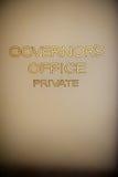 Alte handgemalte Beschriftung auf der das Büro-Tür des Gouverneurs Lizenzfreies Stockbild