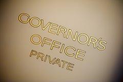 Alte handgemalte Beschriftung auf der das Büro-Tür des Gouverneurs Stockfotografie