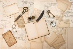 Alte handgeschriebene Buchstaben, Bilder und antikes Schreiben accessorie Lizenzfreie Stockbilder