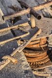 Alte Handkurbel mit Rusty Gear Wheel And Corroded-Stahlkabel-Spulen-Detail Lizenzfreie Stockbilder