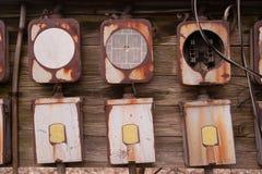 Alte Hauptsicherungs-Kasten-Platte verrostete Elektrogeräte Stockfoto
