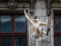 Alte Haus-Fassade mit Affe-Skulptur in Berlin Lizenzfreie Stockbilder