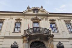 Alte Hausfassade mit Balkon in Budapest, Ungarn Stockbilder