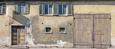 Alte Hausfrontseite stockbild