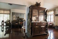Alte Hausmöbel und -dekoration mit der Glättung des warmen Lichtes Stockfotografie