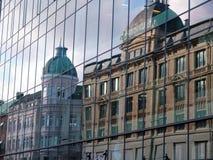 Alte Hausreflexion der Architektur im neuen Gebäude Stockbild
